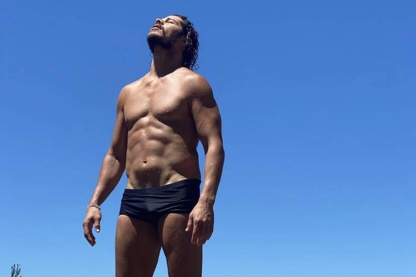 José Loreto posa de sunga e fãs brincam com 'zoom'