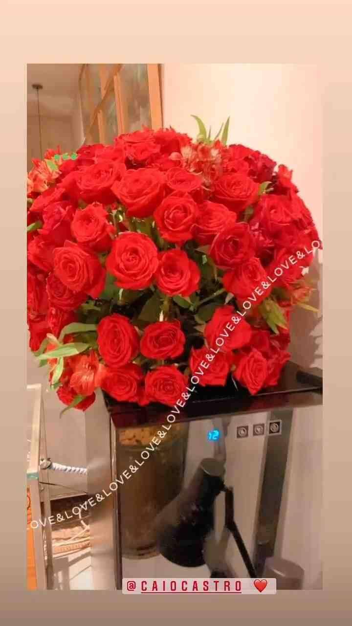 """Caio Castro presenteia Grazi Massafera com buquê de rosas: """"amor"""" (Foto: Reprodução/Instagram)"""