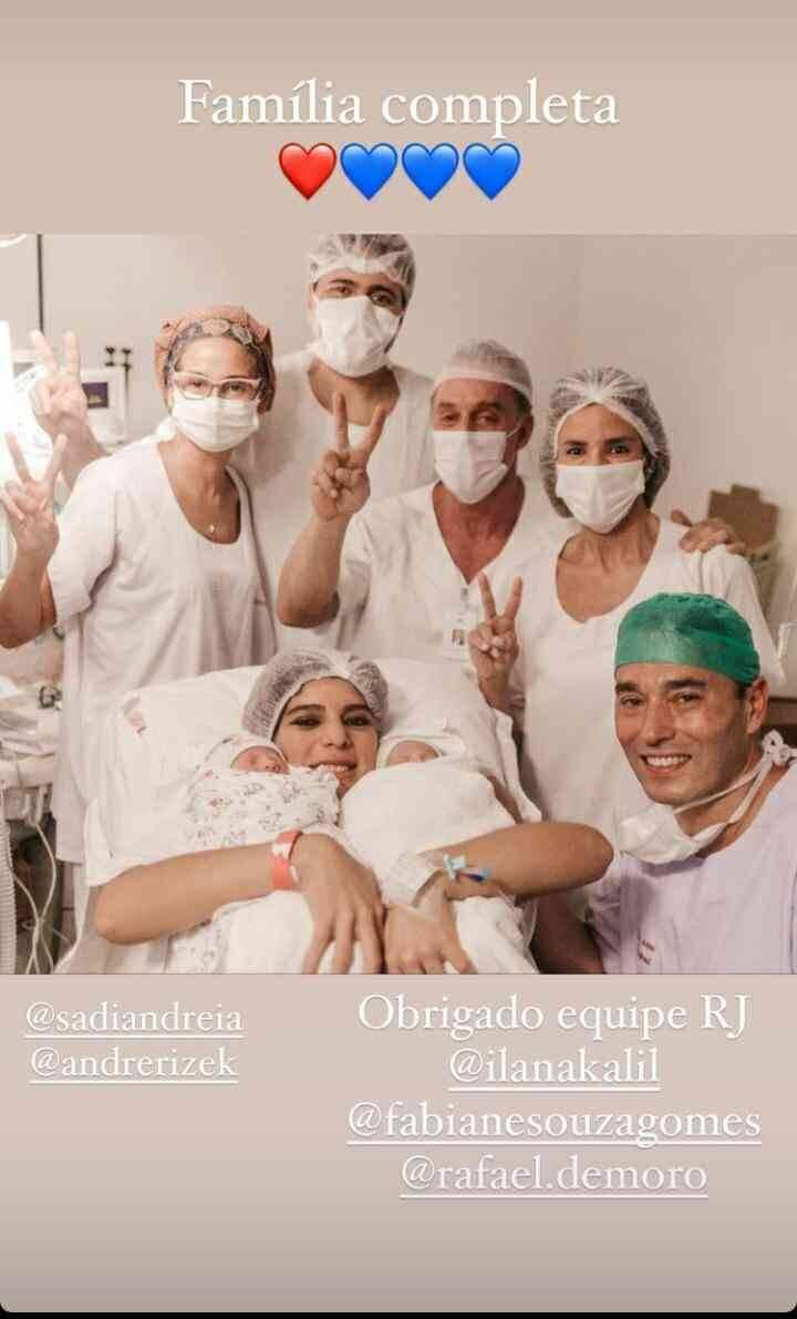 André Rizek exibe novas fotos do parto dos gêmeos com Andréia Sadi (Foto: Reprodução/Instagram)