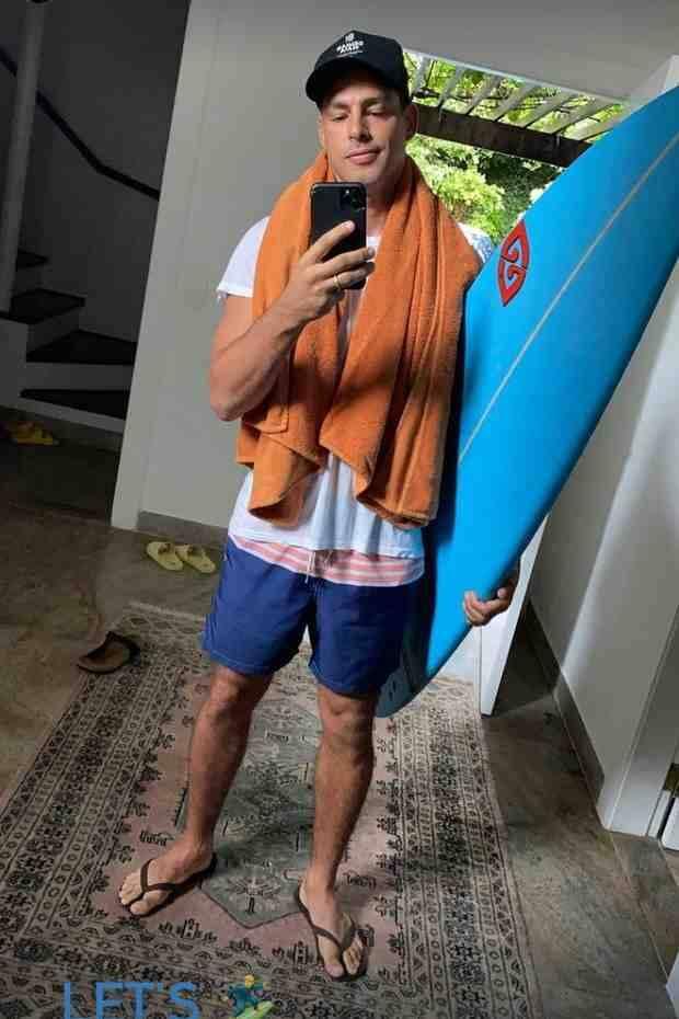 Cauã Reymond posa se preparando para surfar: 'bagunça boa demais' (Foto: Reprodução/Instagram)