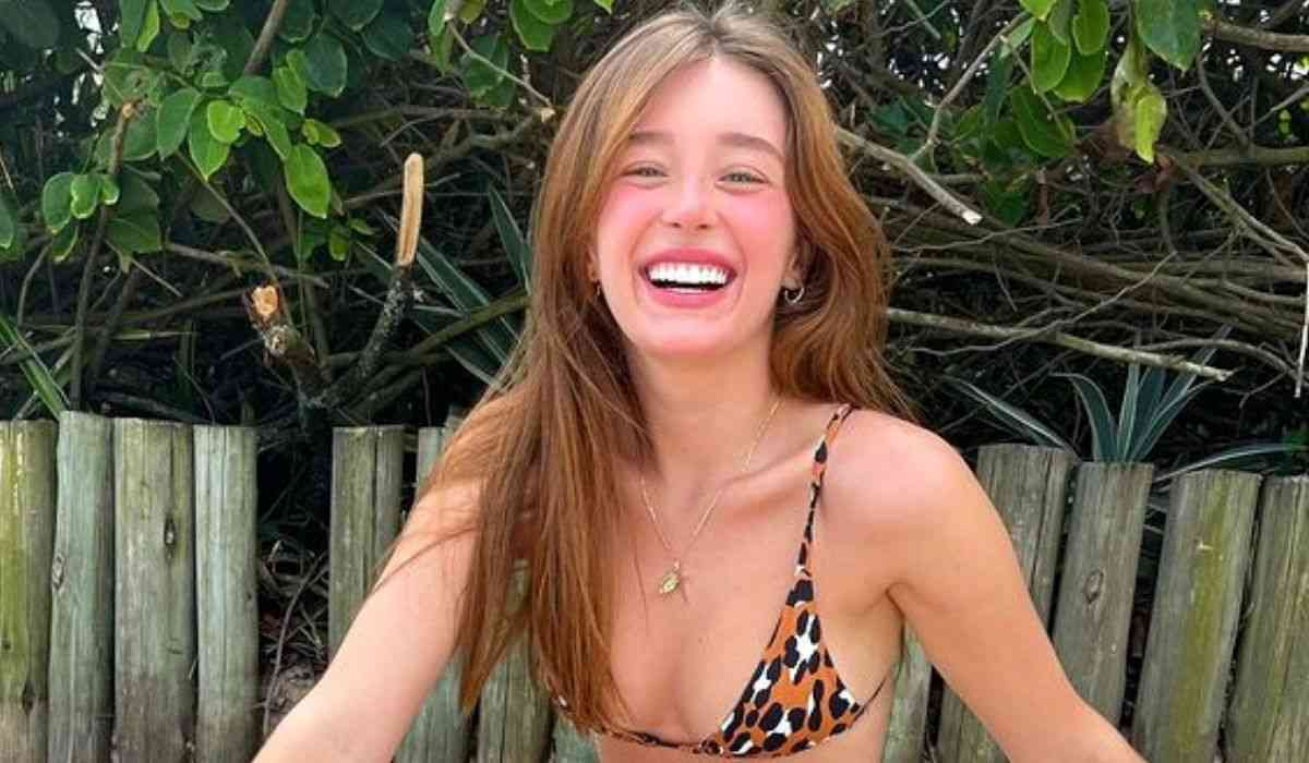 Duda Reis posa de biquíni em areia da praia: 'sorrisão tão grande'