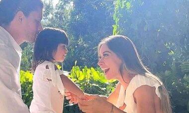 Após reconciliação, Arthur Aguiar e Mayra Cardi posam juntos com a filha
