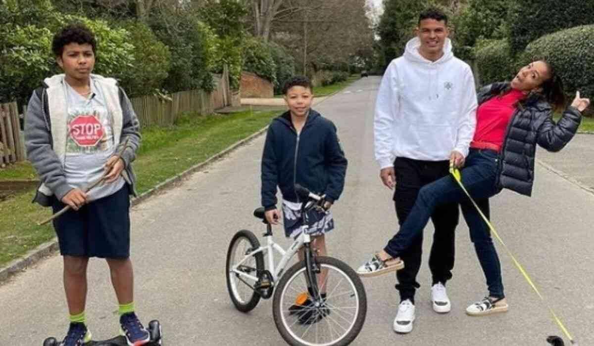 Thiago Silva, e a esposa Belle, posam com os filhos durante passeio