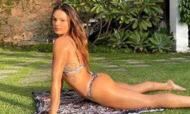 Isis Valverde posa fazendo yoga de biquíni e é elogiada: 'a mais linda'