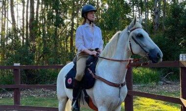 Marina Ruy Barbosa posa andando a cavalo: 'reconectar comigo mesma'