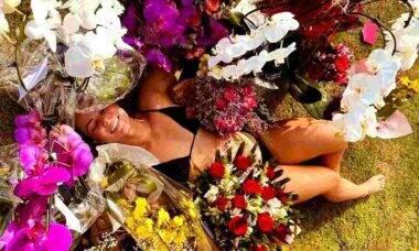 Paolla Oliveira posa com buquês de flores que ganhou de aniversário