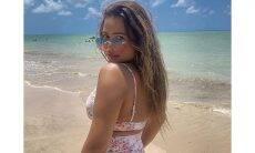 Geisy Arruda posa empinando o bumbum na praia e impressiona
