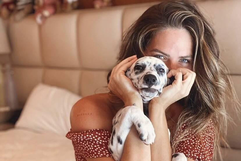 """Giovanna Ewbank posa com a nova cachorrinha da família: """"Deixando o meu dia mais leve"""""""