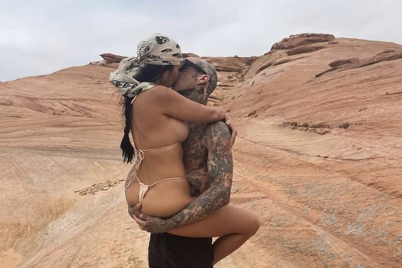 """Kourtney Kardashian posta beijão no namorado: """"Como o paraíso"""""""