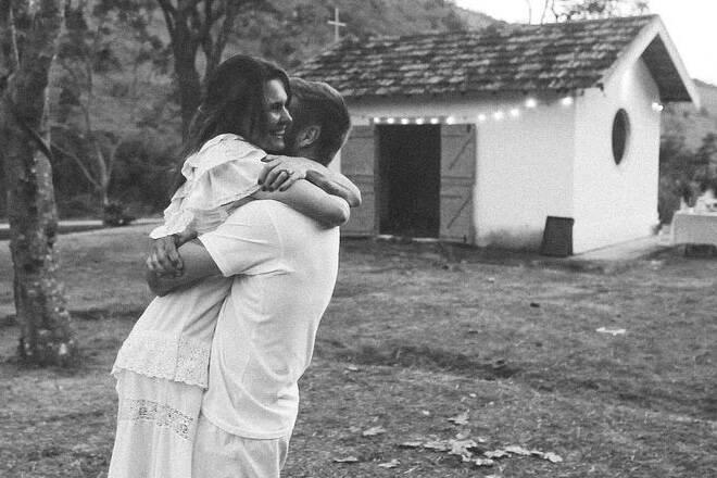 Fernanda Lima ressalta que Rodrigo Hilbert não construiu a capela sozinho
