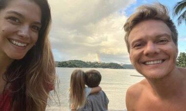 """Thais Fersoza e Michel Teló mostram os filhos curtindo arco-íris: """"Na porta da nossa casa"""""""