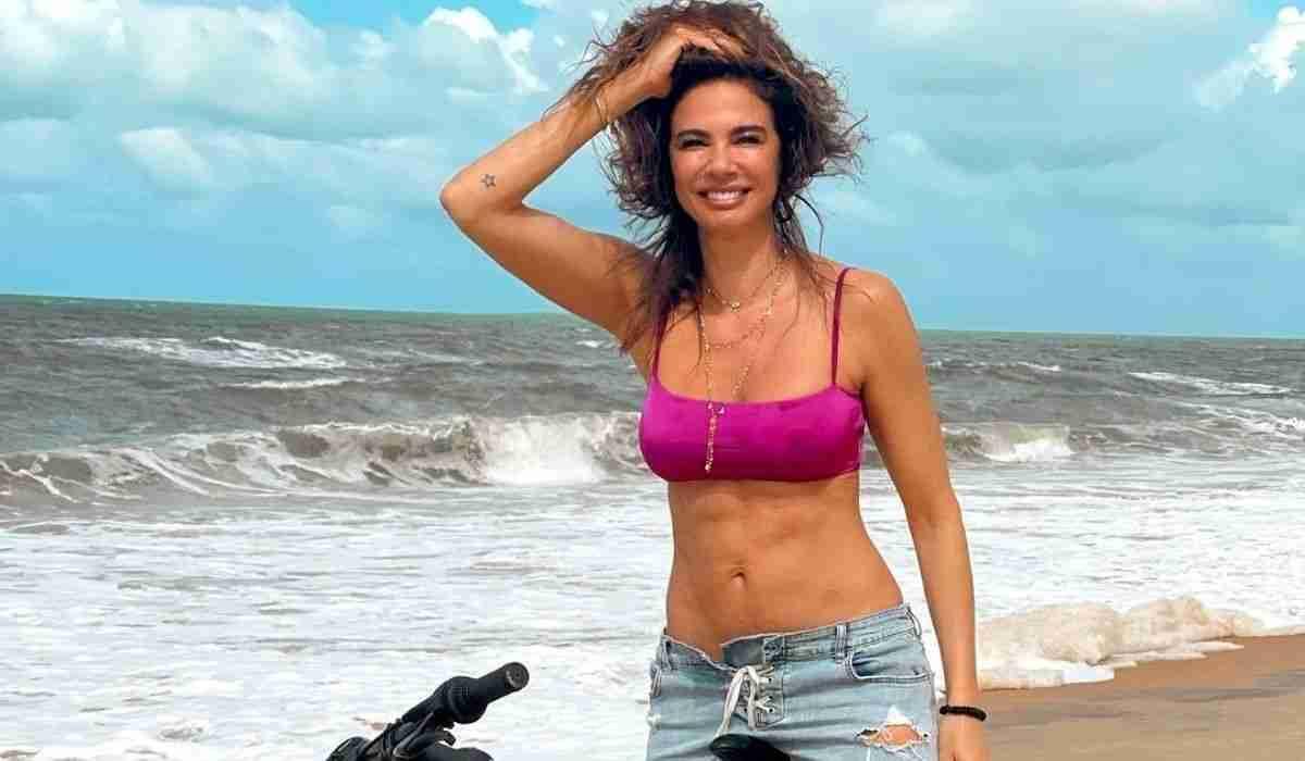 Luciana Gimenez faz passeio de bike em praia da Bahia: 'ser feliz'
