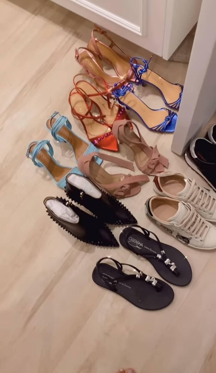 """Simone mostra coleção de sapatos e brinca: """"É uma centopeia"""""""