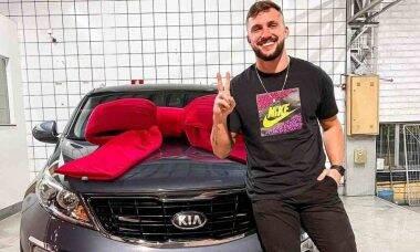 Ex-BBB Arthur celebra compra de carro de luxo: 'um grande sonho'