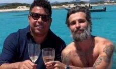 Ronaldo e Bruno Gagliasso posam curtindo passeio de barco na Espanha