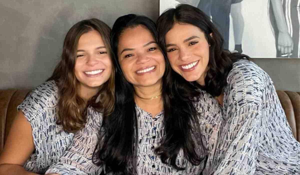 Bruna Marquezine posa com mãe e irmã e brinca com semelhança: 'ctrl+c/ctrl+v'