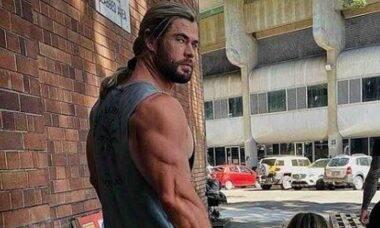 Ator de 'Thor' posa em foto e fãs brincam sobre diferença entre bíceps e pernas