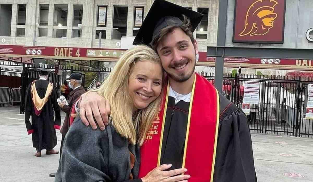 Atriz de 'Friends' celebra formatura do filho na faculdade: 'feliz e orgulhosa'