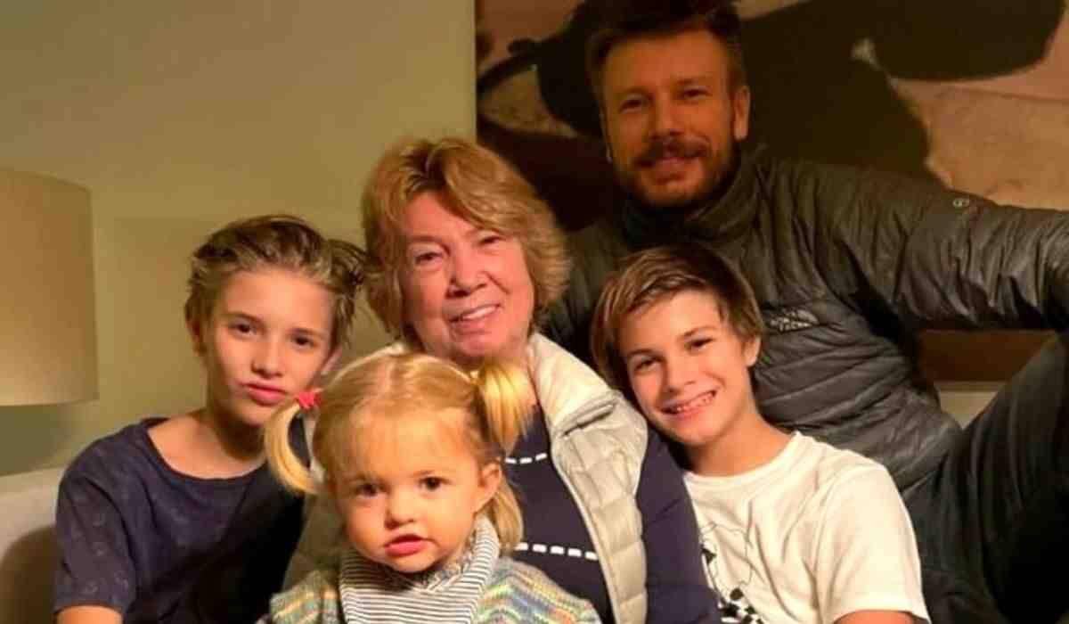 Mãe de Rodrigo Hilbert encanta a web com clique fofo ao lado dos netos