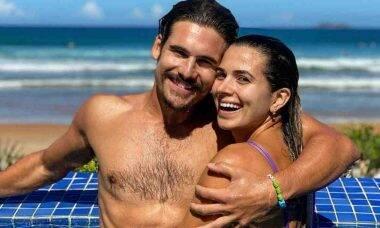 Nicolas Prattes posa com a namorada em piscina e se declara