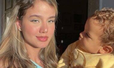 """Biah Rodrigues posta clique com o filho e indaga: """"O que será que ele pensa?"""""""