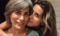 """Gloria Pires posa com Ana Morais e se declara: """"Chamego meu"""""""