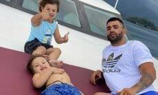 """Gusttavo Lima posta clique ao lado dos filhos e se declara: """"Minha maior riqueza"""""""
