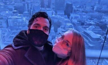 """Nova namorada de Henry Cavill celebra aniversário do ator: """"Meu garoto"""""""