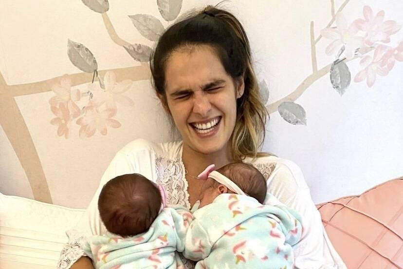 Marcella Fogaça posa com as gêmeas e cai na gargalhada
