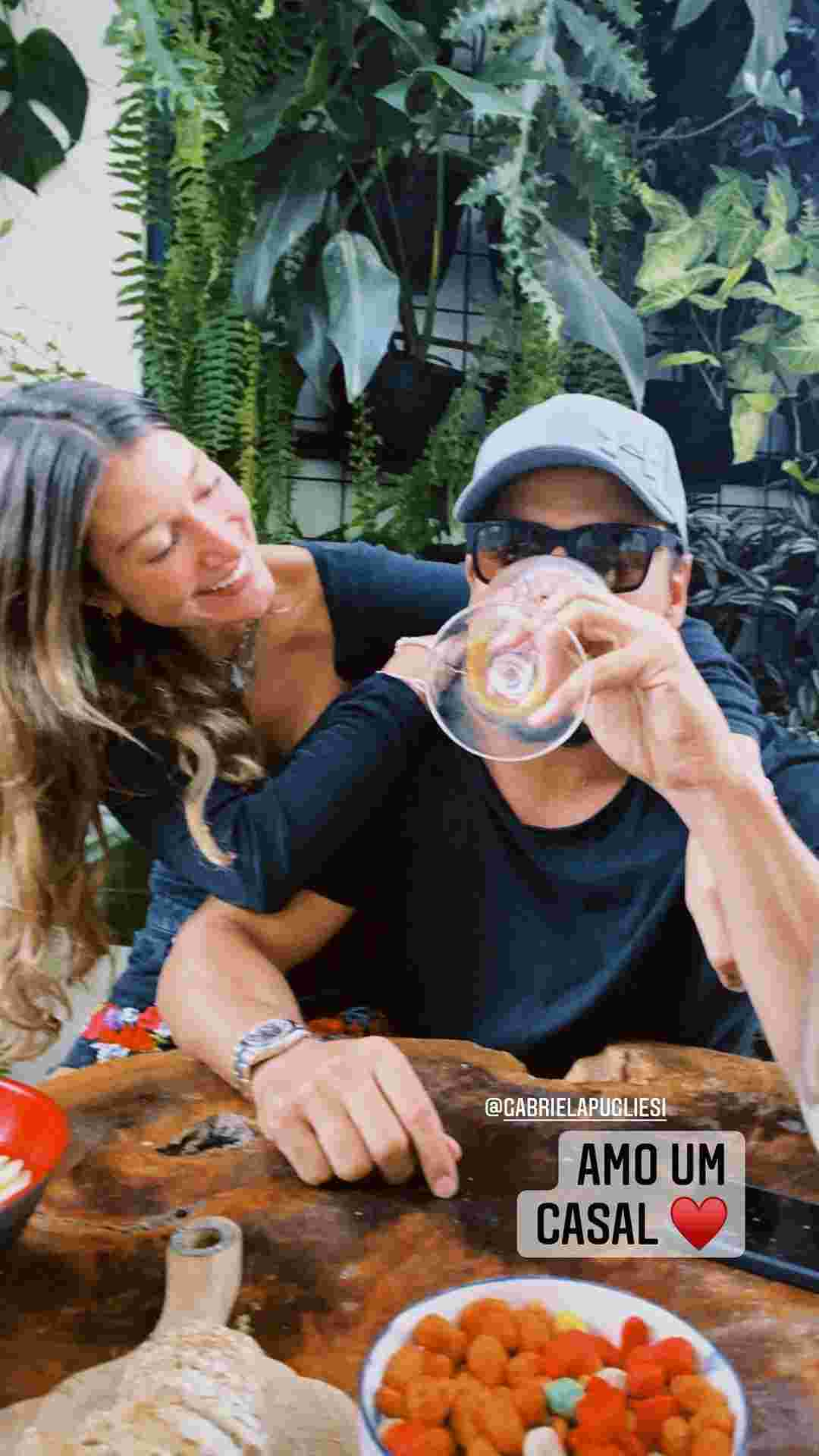 Thais Braz e Gabriela Pugliesi posam juntas curtindo almoço de domingo (Foto: Reprodução/Instagram)