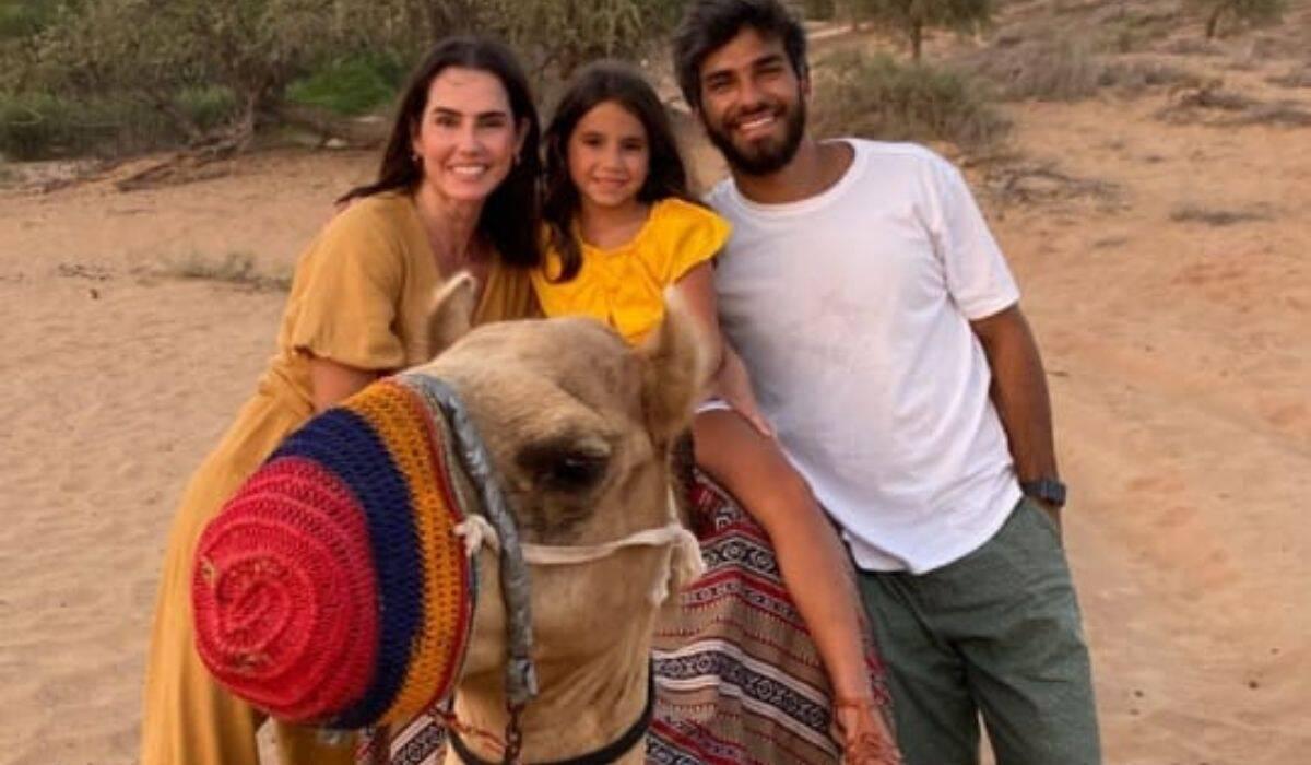 Deborah Secco curte deserto com a família após viagem às Maldivas