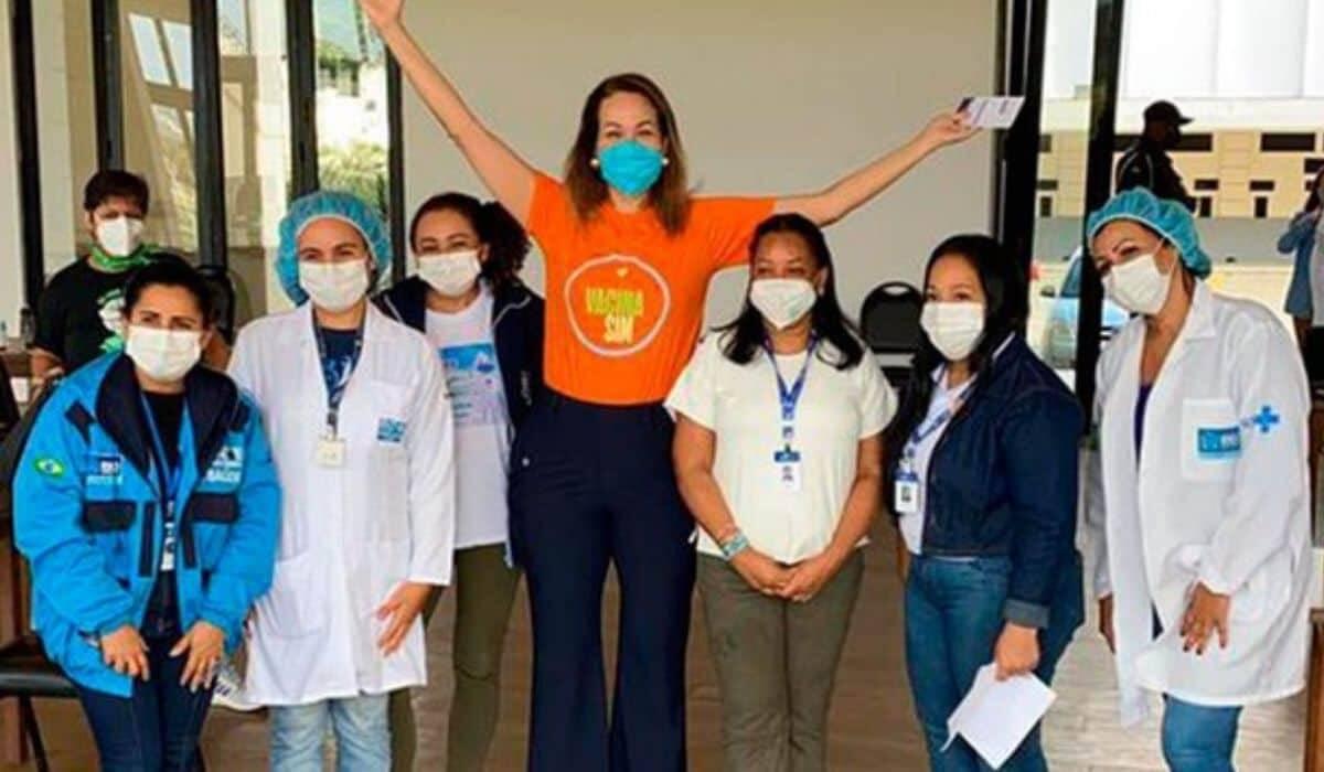 Maria Beltrão é vacinada contra covid-19 e sua altura surpreende a web