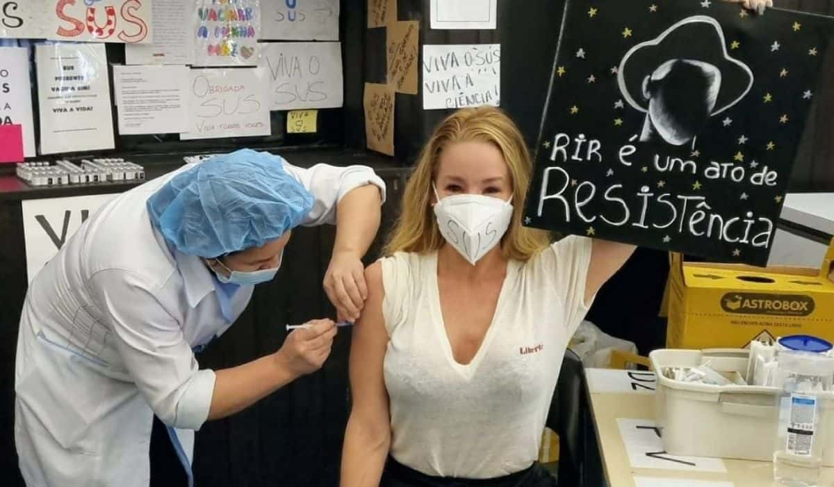 Danielle Winits faz homenagem à Paulo Gustavo ao ser vacinada