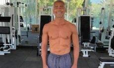 Aos 55 anos, Romário posa sem camisa em academia e exibe físico