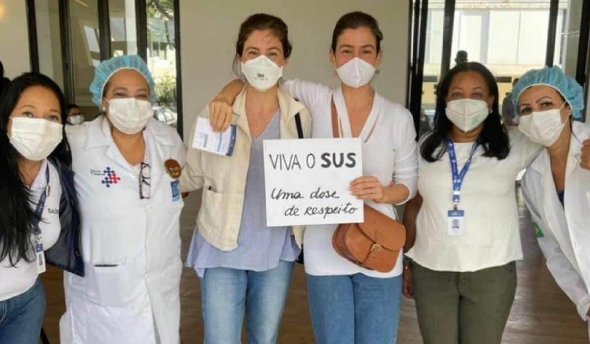 Renata Vasconcellos e irmã são vacinadas contra covid no Rio: 'emoção'