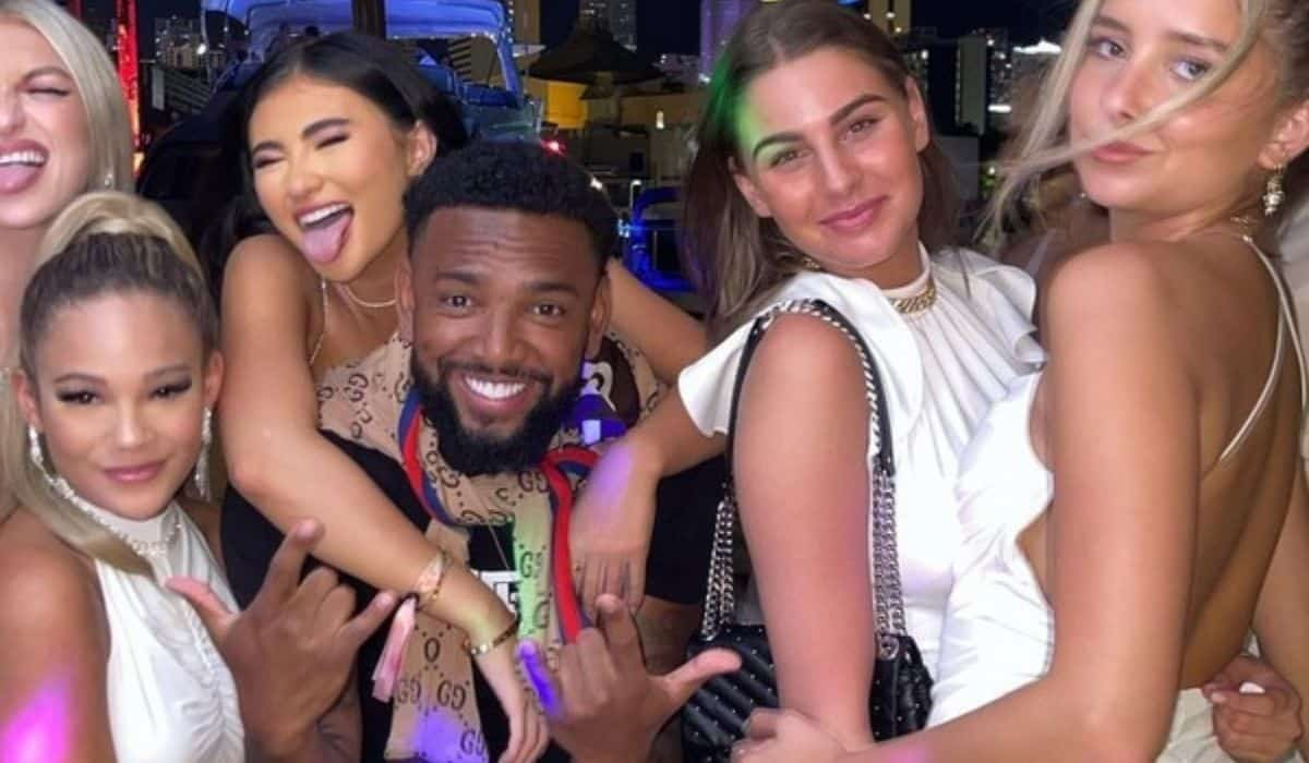 Nego do Borel posa com mulheres em boate de Miami após ex assumir novo namoro