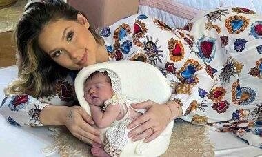 Virginia Fonseca leva a filha para conhecer quartinho da casa dos avós