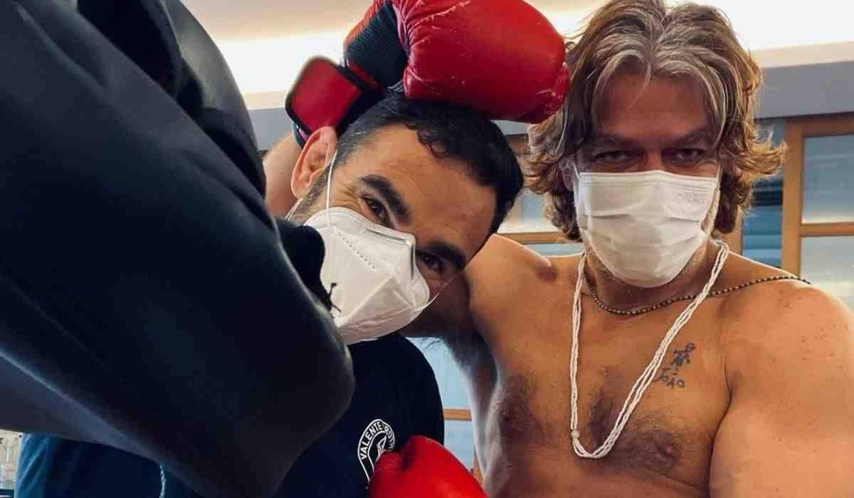 Fabio Assunção posta cliques durante treino de boxe