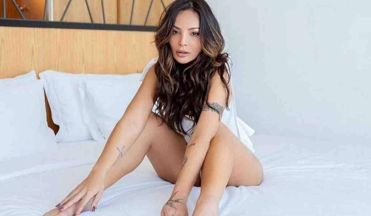 Carol Nakamura posa em ensaio sensual: 'proibido más energias'