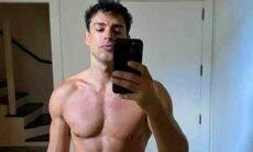 Cauã Reymond encanta os fãs com clique sem camisa: 'sarado'