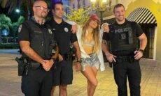 Jennifer Lopez posa com policiais ao gravar novo clipe em Miami