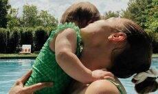 Gigi Hadid posa com a filha combinando a estampa das roupas de banho