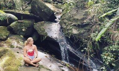 """Angélica faz meditação ao lado de cachoeira: """"Conexão com nosso ser interior"""""""