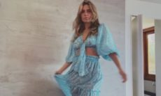 """Carolina Dieckmann posa de vestido azul transparente e diz: """"Eu amei"""""""