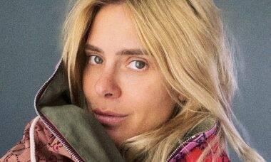 """Carolina Dieckmann """"rouba"""" casaco de R$ 15 mil do amigo: """"Não pretendo devolver"""""""