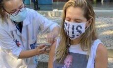 Ingrid Guimarães usa camiseta com foto de Paulo Gustavo para tomar vacina contra a Covid-19