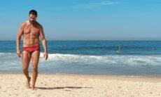 """José Loreto posa de sunga na praia e reflete: """"O mar é poderoso"""""""