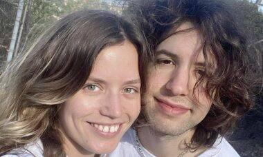 Lucas Jagger curte viagem com a irmã em Los Angeles