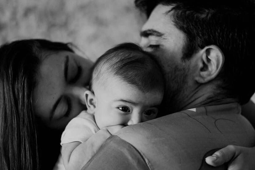 Marcelo Adnet e Patrícia Cardoso celebram os seis meses da filha