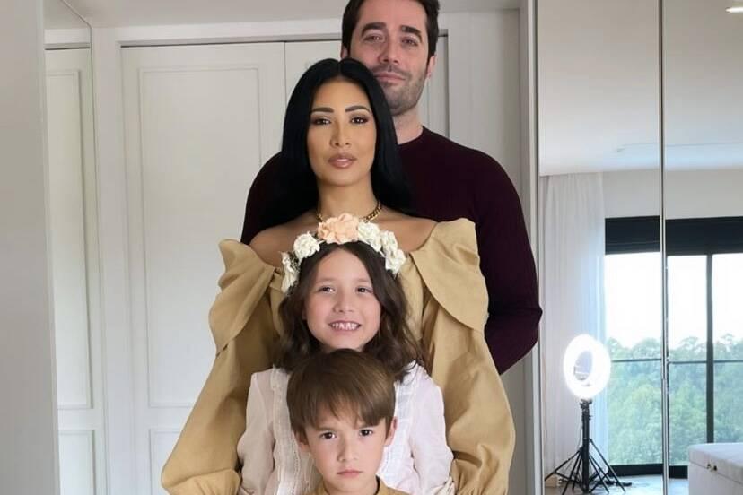 Simaria compartilha foto raríssima ao lado do marido e dos filhos
